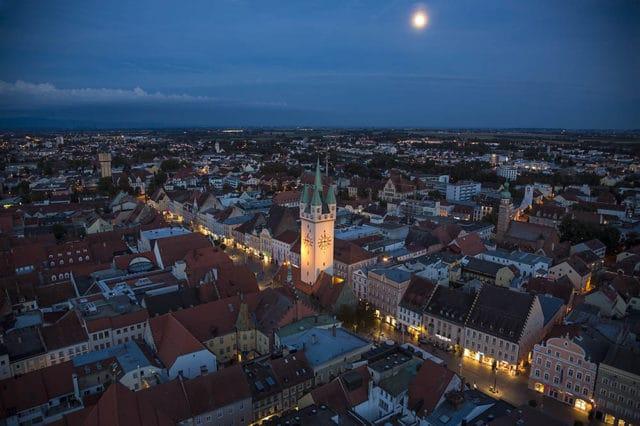 Straubing Stadtplatz bei Nacht
